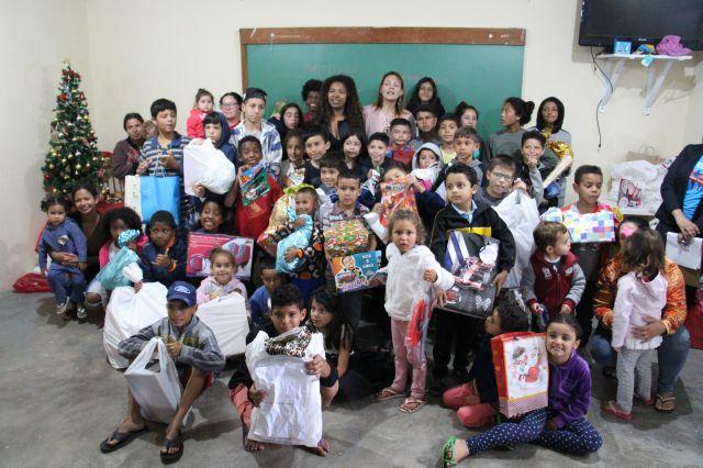 Presentes da campanha Solidariedade em Foco são entregues para crianças da ONG Lugar ao Sol